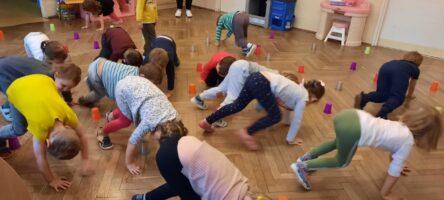 zdjęcie dzieci bawiących się kubeczkami w sali
