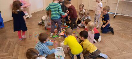 zdjęcie dzieci klasyfikujących klocki
