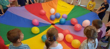zdjęcie chusty animacyjnej z balonami