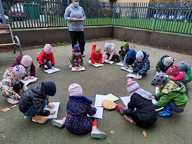 zdjęcie dzieci malujących drewno na kartce