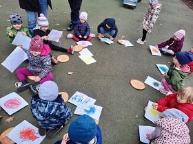 zdjęcie dzieci w ogrodzie