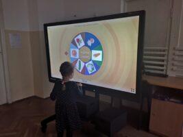 Zdjęcie dziecka przy monitorze - program Wordwall
