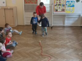 """Zdjęcie dzieci bawiących się podczas zajęć z programu """"Dziecko w świecie wartości"""""""
