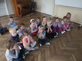 Zdjęcie dzieci bawiących się minami