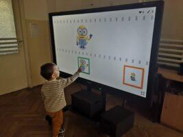 Zdjęcie dzieci bawiących w programie Wordwall