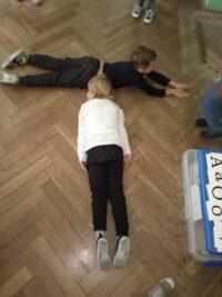 zdjęcie dzieci na podłodze
