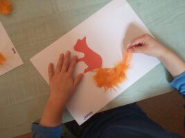 Zdjęcie dziecka wyklejającego wiewiórkę