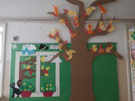 Zdjęcie dekoracji przedszkolnej - drzewo i okno