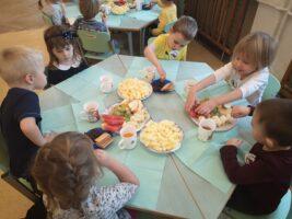 zdjęcie dzieci jedzących przekąski z okazji urodzin koleżanki
