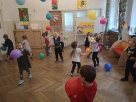 zdjęcie dzieci bawiących się balonami