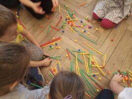 Zdjęcie dzieci bawiących się klockami