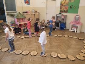 zdjęcie dzieci spacerujących po torze z kawałków drewna