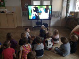 zdjęcie dzieci oglądających spektakl na monitorze