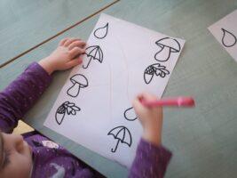 zdjęcie dziecka z kartą pracy
