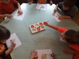 zdjęcie dzieci malujących dynię