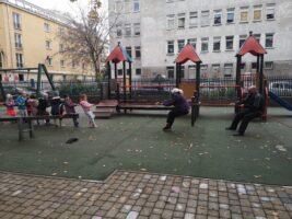 zdjęcie dzieci w ogrodzie przeciągających linę