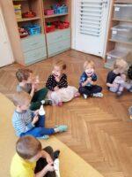 """Zdjęcie dzieci podczas zajęć o emocjach - """"Dziecko w świecie wartości"""""""