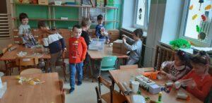 zdjęcie dzieci bawiących się pudłami
