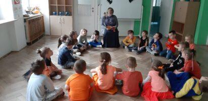 zdjęcie pani dyrektor czytającej dzieciom