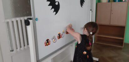 zdjęcie dziecka przy tablicy