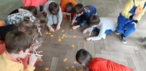 zdjęcie dzieci z rurkami na podłodze