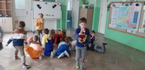 zdjęcie dzieci bawiązych się an podłodze