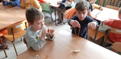 zdjęcie dzieci nawlekających dynie na sznurki