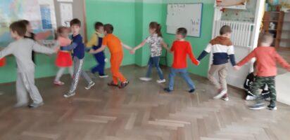 zdjęcie dzieci bawiących się na sali