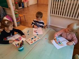 zdjęcie dzieci wykonujących prace plastyczną