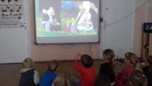 zdjęcie dzieci oglądających bajkę