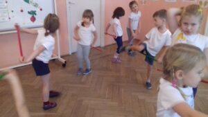 zdjęcie tańczących dzieci