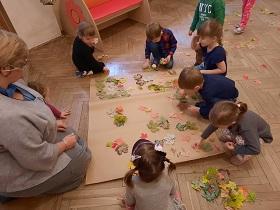 zdjęcie dzieci bawiących się w sali
