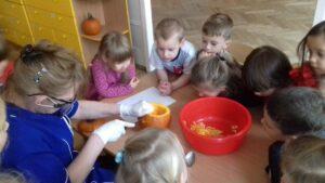 zdjęcie dzieci w czasie zajęć z dyniami