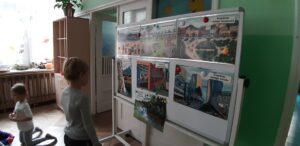 Zdjęcie dziecka oglądającego ilustracje
