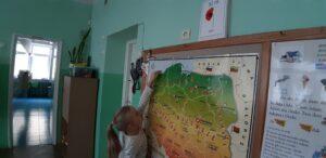 Zdjęcie dziecka przy mapie Polski