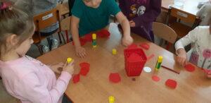 Zdjęcie dzieci wykonujących kotyliony