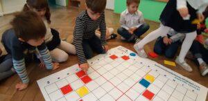 Zdjęcie dzieci bawiących się na macie do kodowania
