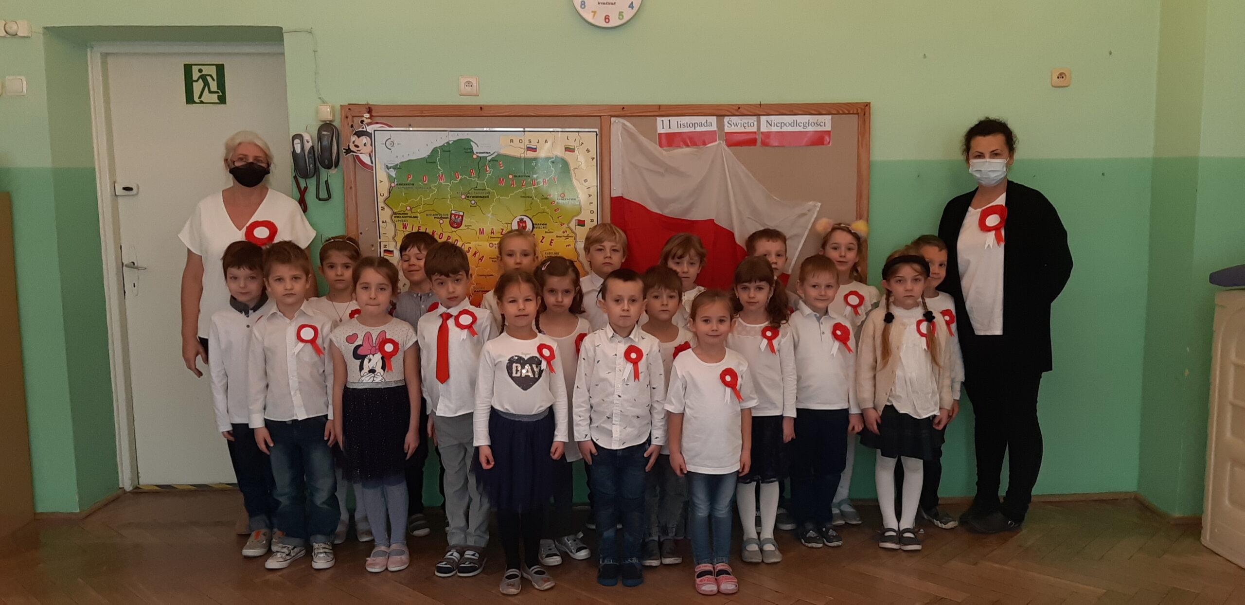 Zdjęcie grupowe Biedronek - Szkoła do hymnu