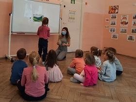 dzieci przy tablicy na zajęciach