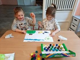 dzieci malujące farbami