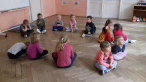 zdjęcie dzieci wykonujących zadania