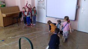 zdjęcie dzieci na sali gimnatsycznej