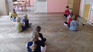 zdjęcie dzieci robiących masażyki