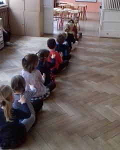 Dzieci robią masażyki
