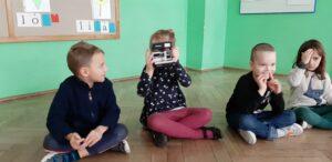 zdjęcie dzieci bawiących się straym aparatem