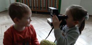 zdjęcie dzieci bawiących się starym aparatem