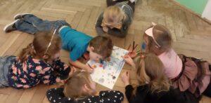 zdjęcie dzieci rysujących na podłodze