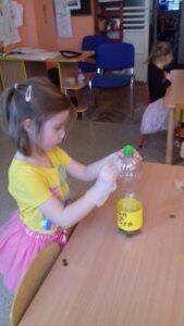zdjęcie dziewczynki ozdabiającej skarbonkę