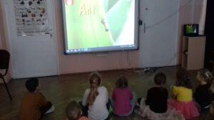 zdjęcie dzieci oglądających prezentację multimedialną