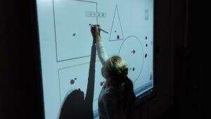zdjęcie dziecka wykonującego zadania na tablicy
